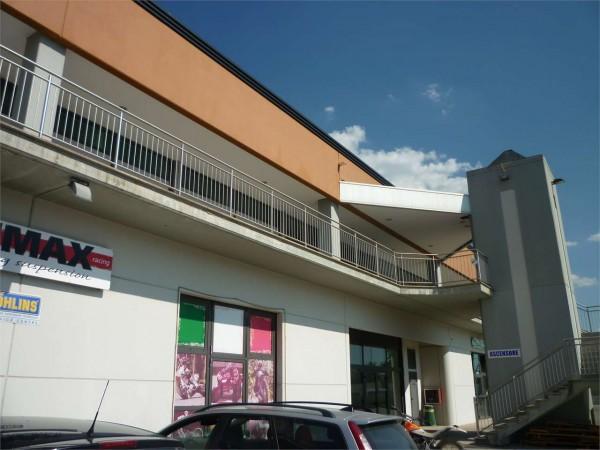 Locale Commerciale  in vendita a Gualdo Tadino, 188 mq