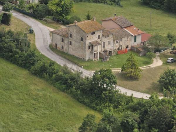 Rustico/Casale in vendita a Gualdo Tadino, Caprara, Con giardino, 225 mq