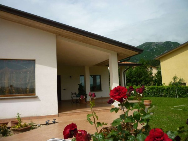 Villa In Vendita A Gualdo Tadino Con Giardino 260 Mq