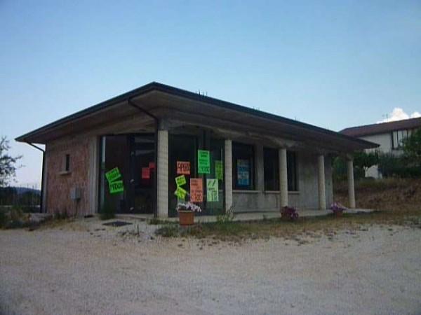 Negozio in vendita a Gualdo Tadino, Rigali, Con giardino, 100 mq