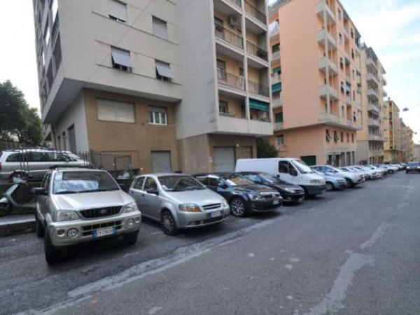 Locale Commerciale  in affitto a Genova, 240 mq