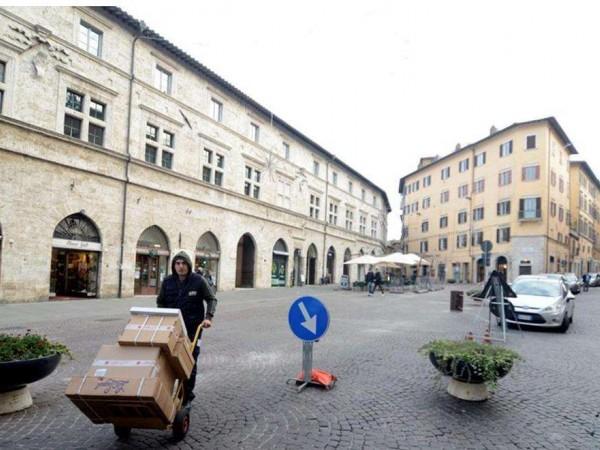 Negozio in affitto a Perugia, Centro Storico, 280 mq