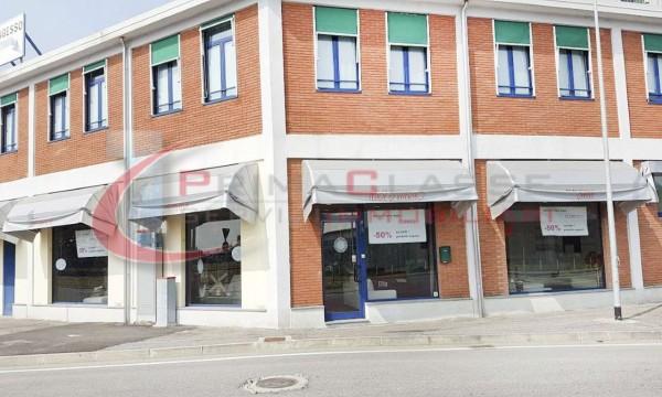 Locale Commerciale  in vendita a Peschiera Borromeo, 600 mq - Foto 2