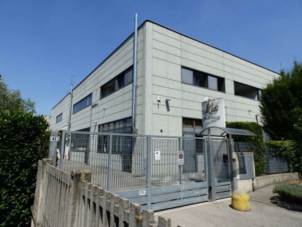 Locale Commerciale  in affitto a Cabiate, Industriale, 450 mq