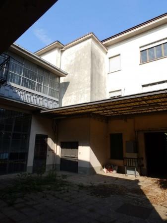 Locale Commerciale  in vendita a Cabiate, Centrale, Con giardino, 350 mq