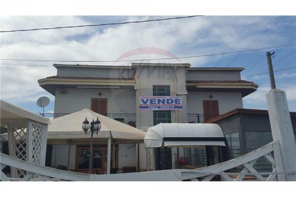 Locale Commerciale  in vendita a Corigliano Calabro, Ss 106, Con giardino, 500 mq