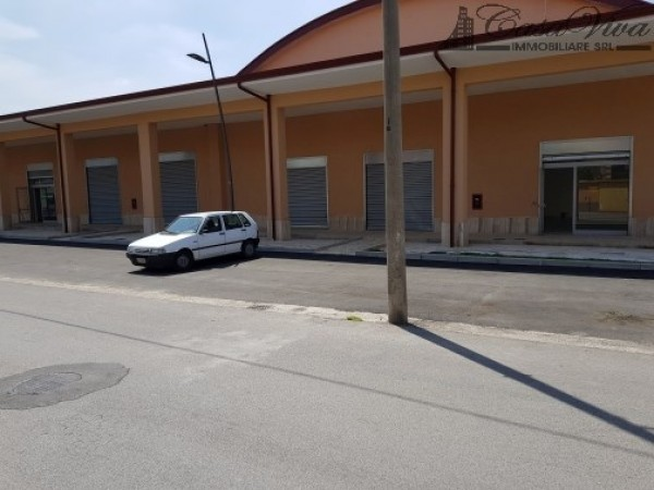 Locale Commerciale  in affitto a Frignano, Mercato, 350 mq