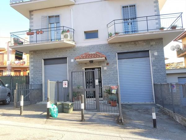 Locale Commerciale  in vendita a Roma, Finocchio, 120 mq