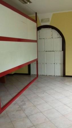 Locale Commerciale  in vendita a Caronno Pertusella, 60 mq