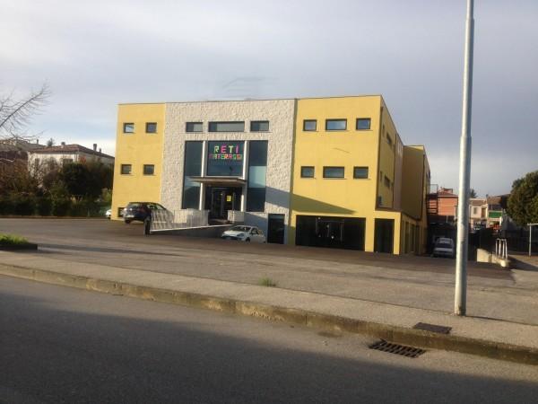 Locale Commerciale  in affitto a Spoleto, Centrale, 875 mq