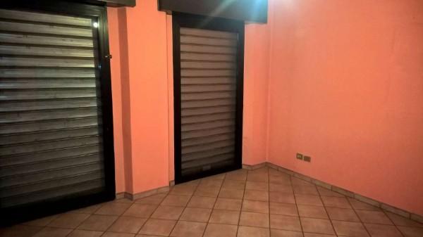 Negozio in affitto a Magenta, Centrale, 60 mq
