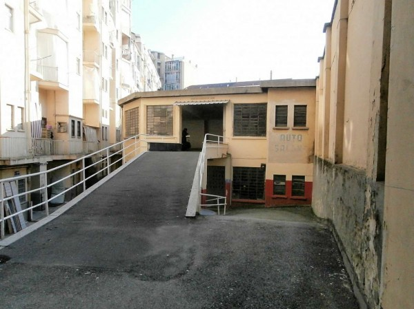 Locale Commerciale  in vendita a Torino, 450 mq