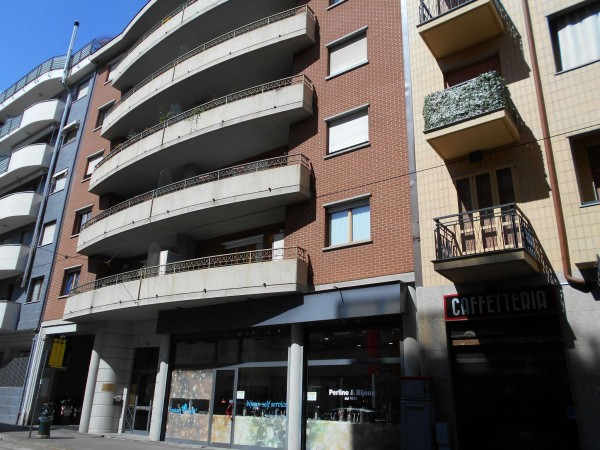 Negozio in vendita a Torino, Parella - Piazza Campanella, 95 mq