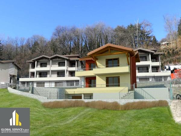 Casa indipendente in vendita a Cadegliano-Viconago, A Un Chilometro Dalla Dogana Svizzera, Con giardino, 200 mq