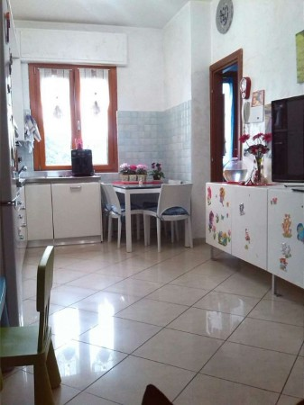 Appartamento in vendita a Caronno Pertusella, Con giardino, 81 mq