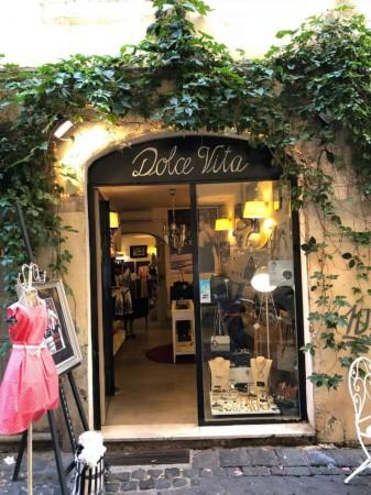 Locale Commerciale  in vendita a Roma, Piazza Navona, Arredato, 60 mq