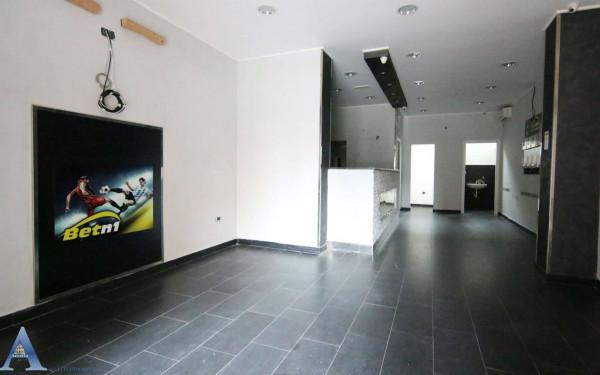 Locale Commerciale  in vendita a Taranto, Tamburi, 61 mq