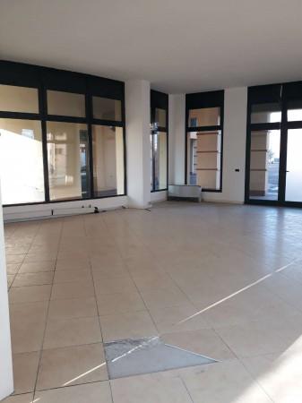 Negozio in affitto a Modena, 90 mq