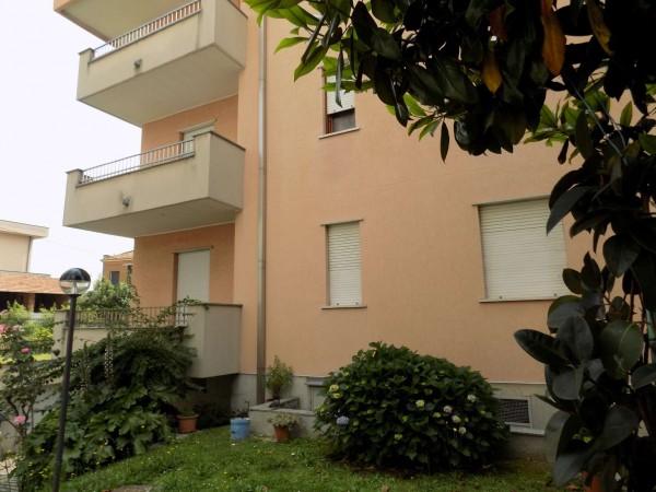 Appartamento in vendita a Varedo, Confini Con Limbiate, Con giardino, 113 mq