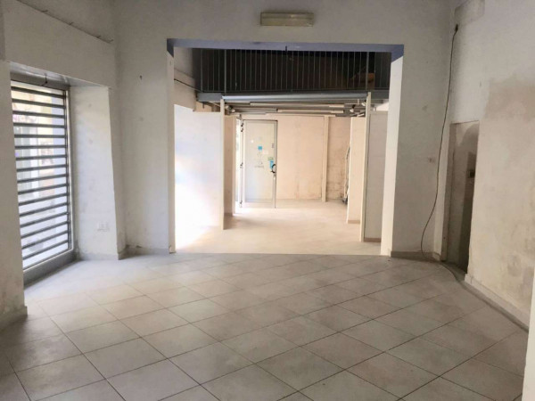 Locale Commerciale  in affitto a Sant'Anastasia, 90 mq