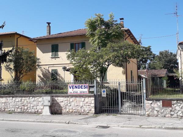Casa indipendente in vendita a Spoleto, Centrale, Con giardino, 220 mq