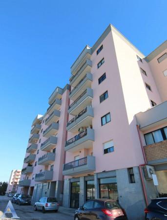 Locale Commerciale  in vendita a Taranto, Lama, 80 mq