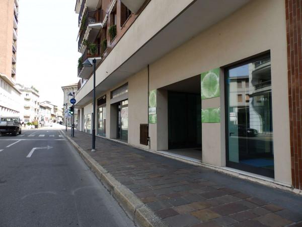 Negozio in vendita a Seregno, Centro, 350 mq
