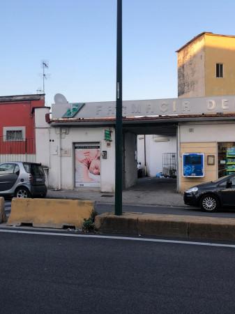 Locale Commerciale  in vendita a Napoli, Agnano, 600 mq