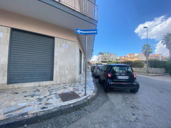 Negozio in affitto a Sant'Anastasia, Semi-centrale, 200 mq