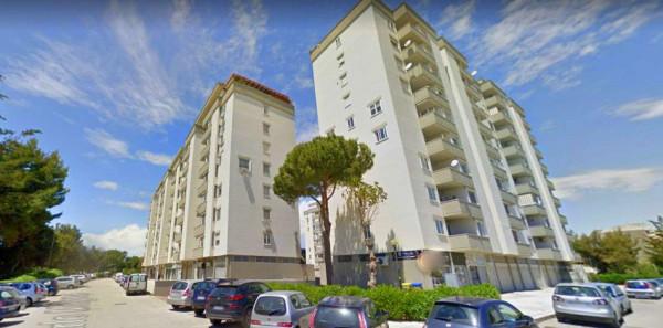 Locale Commerciale  in affitto a Taranto, Lama, 220 mq