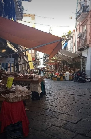Locale Commerciale  in vendita a Napoli, Porta Nolana, 40 mq